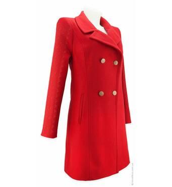 У продажу зимове пальто з вишивкою