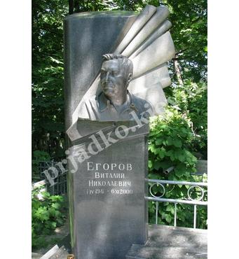Гранитный памятник со скульптурой на кладбище
