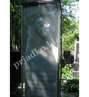 Фигура в мраморной колонне на могилу