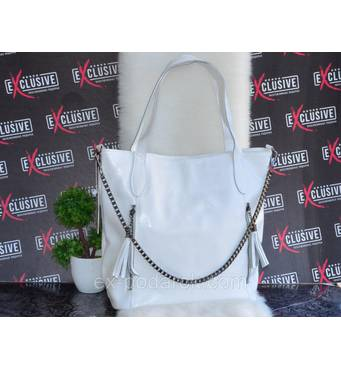Біла шкіряна сумка з ланцюжком.
