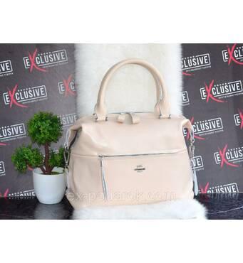 Жіноча шкіряна сумка бежевого кольору.