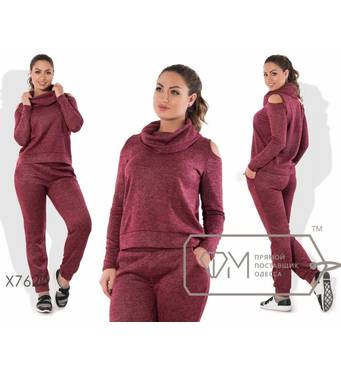 Костюм в спортивном стиле из ангоры софт с напылением - прямой свитер с воротником-хомут и вырезами на плечах плюс штаны-бананы X7620