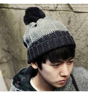 Зимняя вязаная мужская шапка с помпоном чёрно-серая код 95