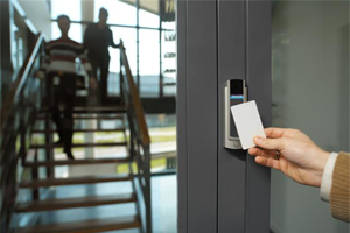 Установка та технічне обслуговування комплексних технічних систем комерційного обліку для готелів і культурно-розважальних центрів