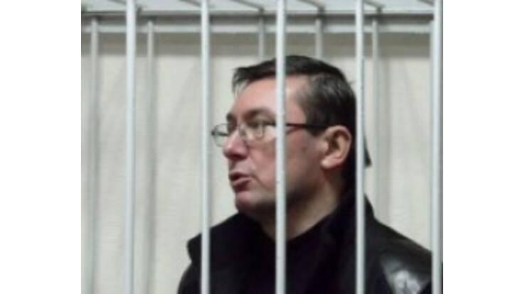 Під стінами суду, де перебуває Луценко, зібрався натовп