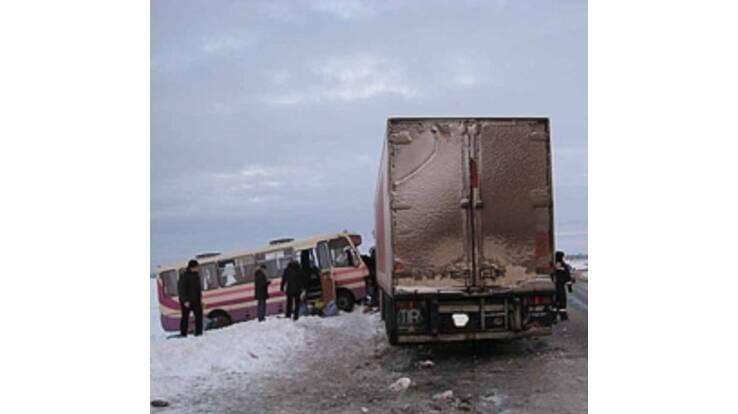 На Харківській трасі вантажівка врізалася в автобус. 20 постраждалих
