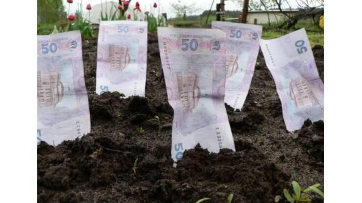 Азаров радить закопувати гроші у землю