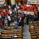 Опозиція заблокувала трибуну парламенту
