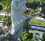 Статуя з граніту на могилі юнака