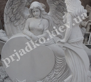 Скульптура ангела с сердцем из мрамора