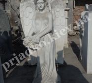 Фигура мраморного ангела с цветами