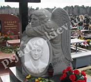 Авторський пам'ятник з ангелом і кам'яним хрестом