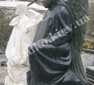 Статуя ангела из камня