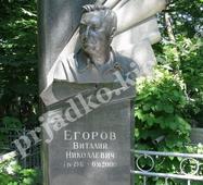 Гранітний пам'ятник зі скульптурою на кладовище