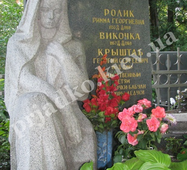Фігура жінки з мармуру на кладовищі