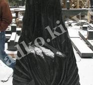 Полірована скульптура з чорного габро для кладовища