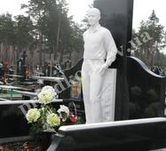 Скульптура із білого мармуру на могилу