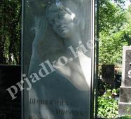 Фігура у мармуровій колоні на могилу