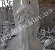 Статуя мармурового янгола з голубом
