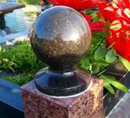 Гранитный шар на подставке
