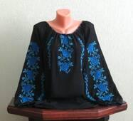 Сорочка вишита жіноча на чорному шифоні з великими синіми квітами ручної роботи