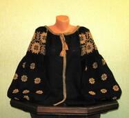 """Жіноча вишиванка на чорному льоні з широкими рукавами вишита """"золотом"""" ручної роботи"""