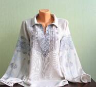 Вишукана жіноча сорочка вишиванка ручної роботи на сірому полотні