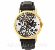 Женские часы с нежным кружевным принтом.