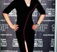 Облягаюча сукня з асиметричним розрізом