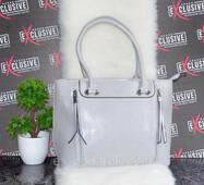 Светло-серая женская сумка на двух молниях.