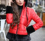 Яскрава зимова куртка