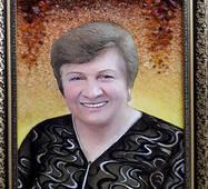 Женский портрет из янтаря