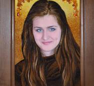 Портрет из янтаря молодой девушки