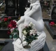 Ритуальная скульптура из белого мрамора