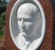 Барельеф из белого мрамора, лицо мужчины