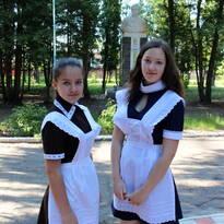 Комплект современной школьной формы для девушек.