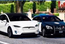 В Канаді автопілот Tesla пробував утекти від поліції