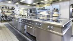 Почему для кухни в заведениях питания стоит выбрать столы из нержавейки?