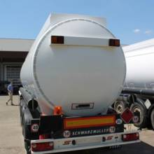 У наявності цистерна для перевезення світлих нафтопродуктів