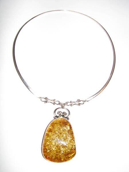 Ожерелье с янтарной подвеской