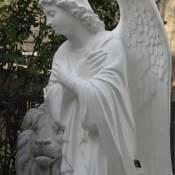 10. Скульптура ангела из белого бетона