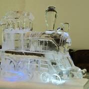 Скульптуры изо льда. Ледяной паровоз