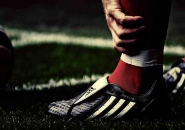 Специалисты советуют играть футбол в специальной обуви