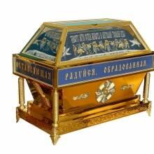 У нас ви можете придбати гробниці, плащаниці, облачення на престоли, жертовники, підсвічники й інші церковні меблі за цінами виробника!